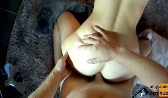 Приятель ставит девушку рачком и охотно долбит пенисом ее очко.