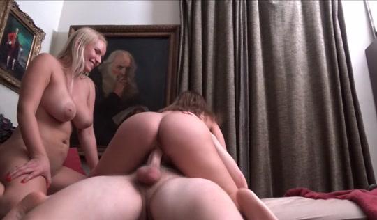 Две девушки ублажают горячего брата с огромным стояком