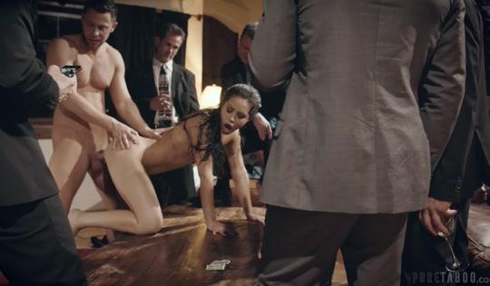 Мокрая девка трахается раком с братом и толпой его друзей в клубе