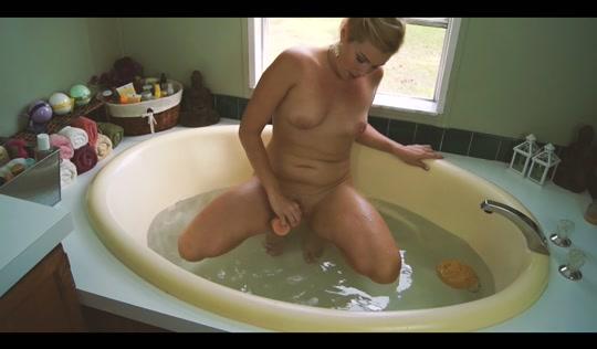 Горячая мамка мастурбирует для своего сына