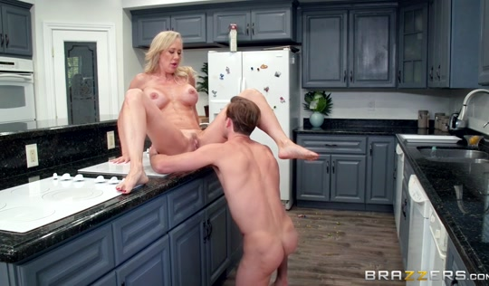 Красавчик отымел белокурую мамку на кухне