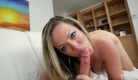 Зрелая дама настроена на агрессивное порно с сыном в койке