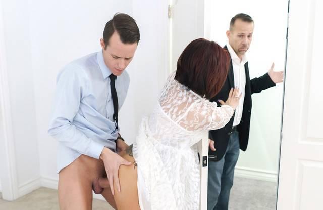Соблазнительная мамка ублажает страстного сына в деловом костюме
