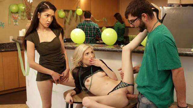Наглый брат оттрахал худеньких сестричек на семейной вечеринке