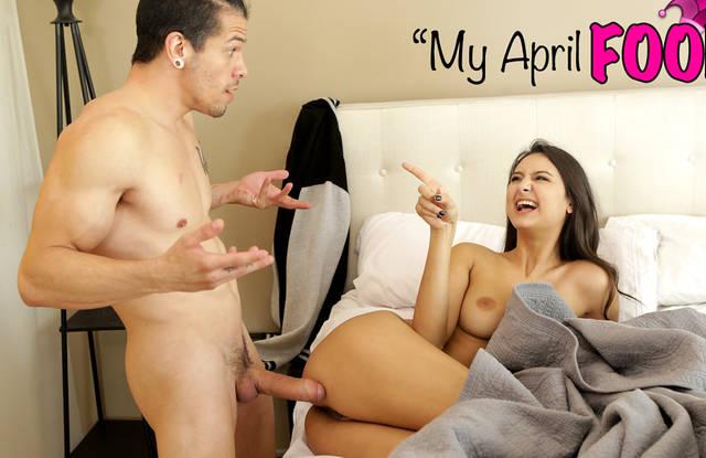 Красавчик в спальне под одеялом пихает толстый член в вагину сестренки