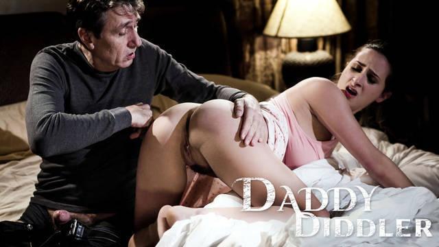 Отец и дочь занимаются анальным сексом в комнате