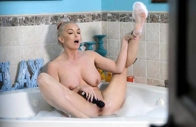 Блондинка после ванны сделала глубокий минет спящему сыну в спальне