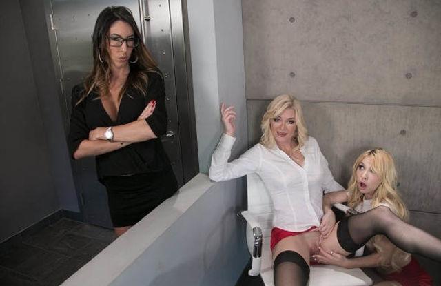 Дочки навестили маму на работе, чтобы устроить оргию втроем