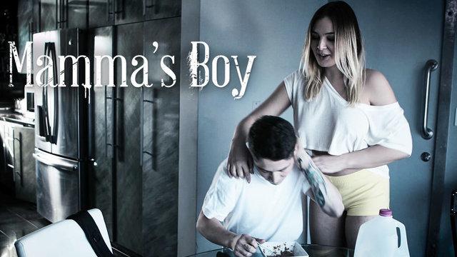 Красивая блондинка сношается с сыном на двуспальной кровати