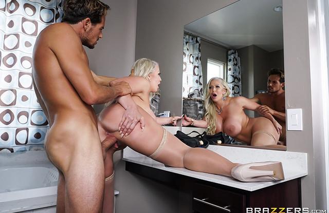 Brazzers - Сисястая мать отлично изменила мужу с сынком в большой ванне