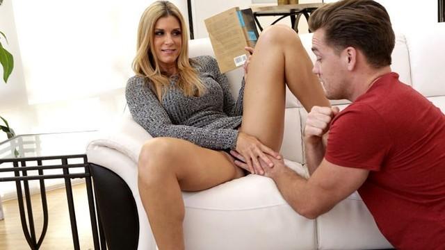 Парень резвится со зрелой мамашей на диване