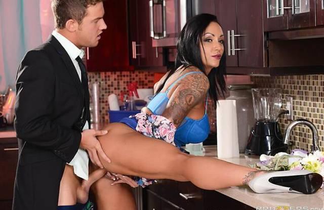 Парень в костюме на кухне выебал мать в тугое анальное отверстие