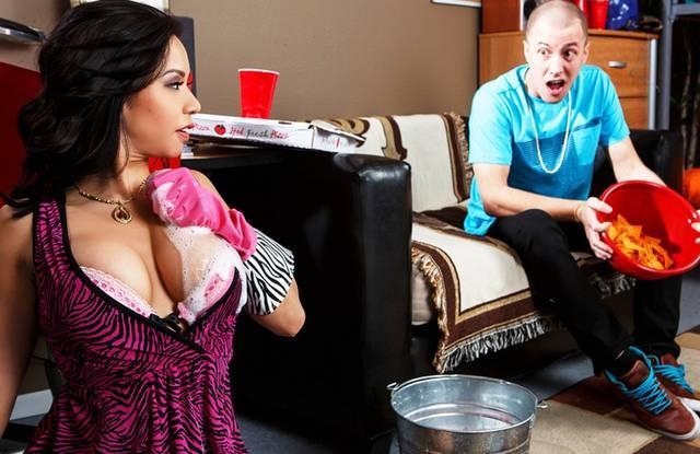 Brazzers - Мамка насладилась порно в платье с молодым горячим сыном