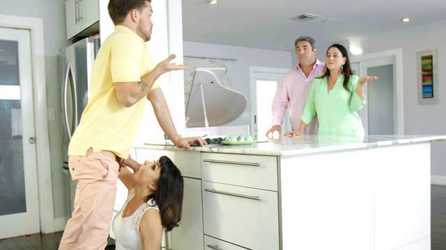 Сестра шлюха, сосет своему брату за спиной родителей