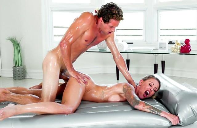 Мама помыла сына и сделала ему массаж, чтобы устроить инцест
