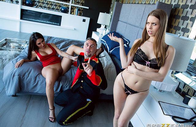 Грудастая женщина вместе с дочкой трахают мужика