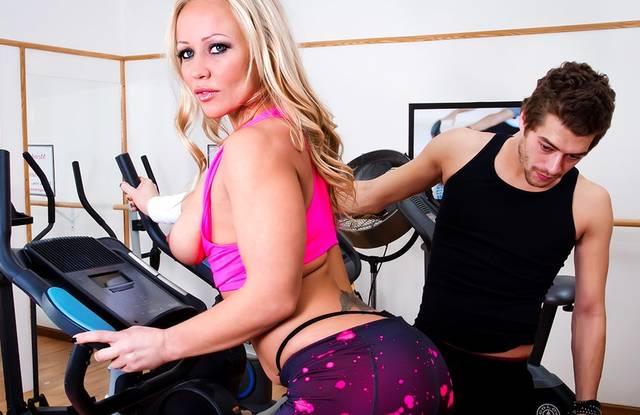 Brazzers - Жопастая блонда в спортзале раком трахается с молодым тренером