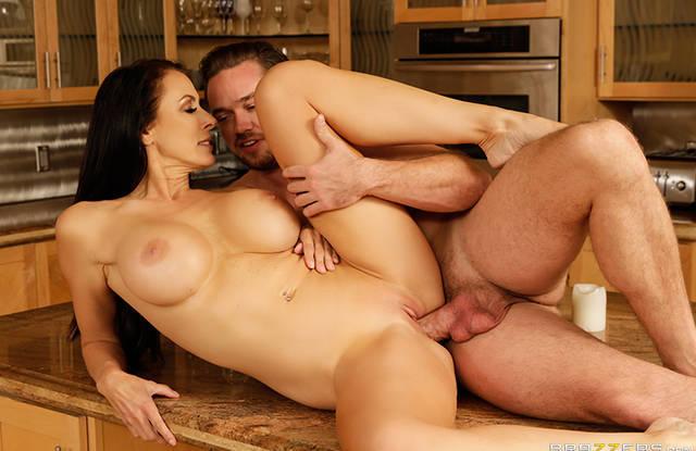 Пышногрудая мамаша долбится с сыном на кухне