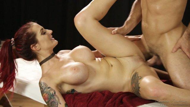 Массажист трахает рыжую девушку с большой грудью