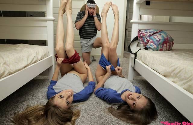 Отец выебал в спальне двух стройных дочерей огромным красивым членом